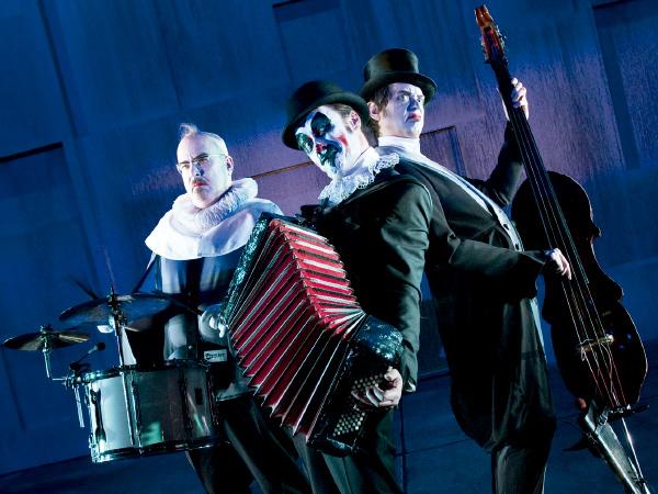 La banda británica de culto The Tiger Lillies y el Theatre Republique de Copenhague se unen para montar Hamlet.