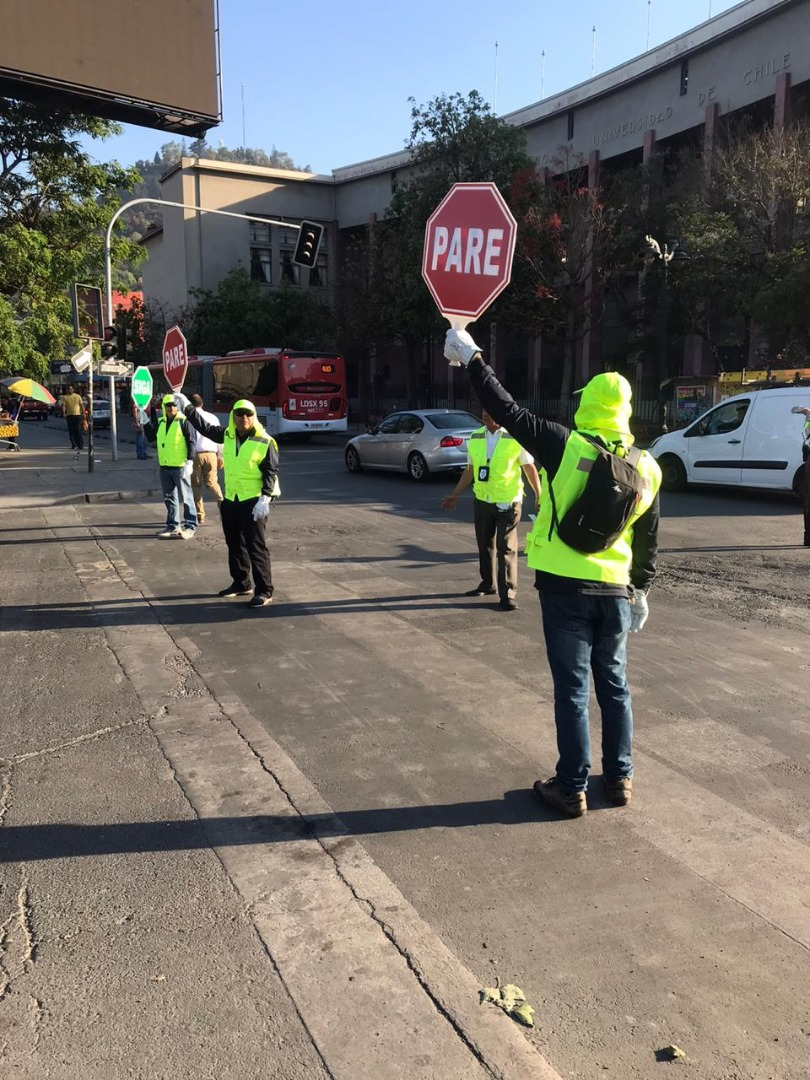Reguladores de tránsito cumpliendo su función en Santiago.