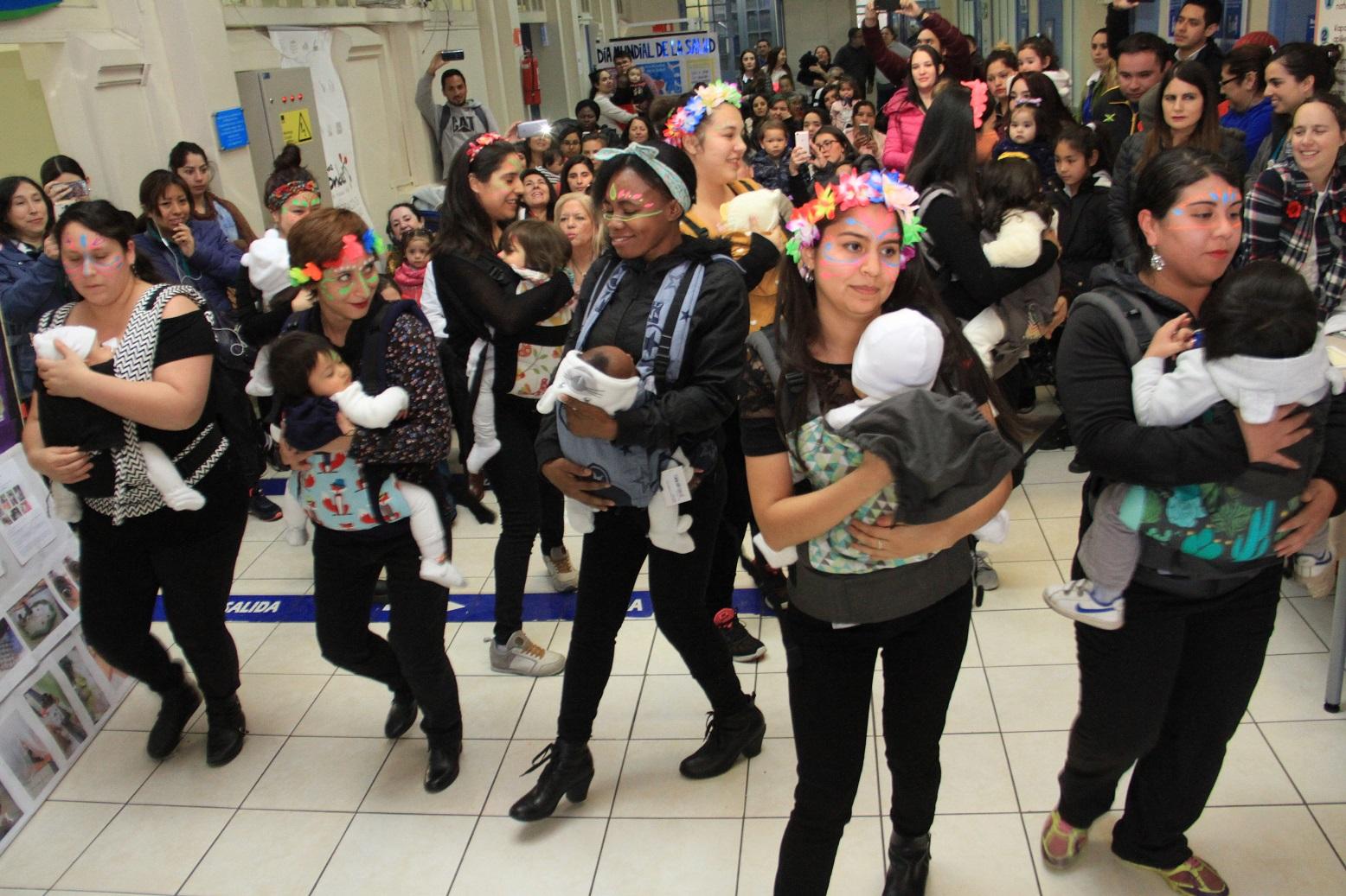 las madres de la tribu de crianza respetuosa presentaron una danza porteo junto a sus hijos
