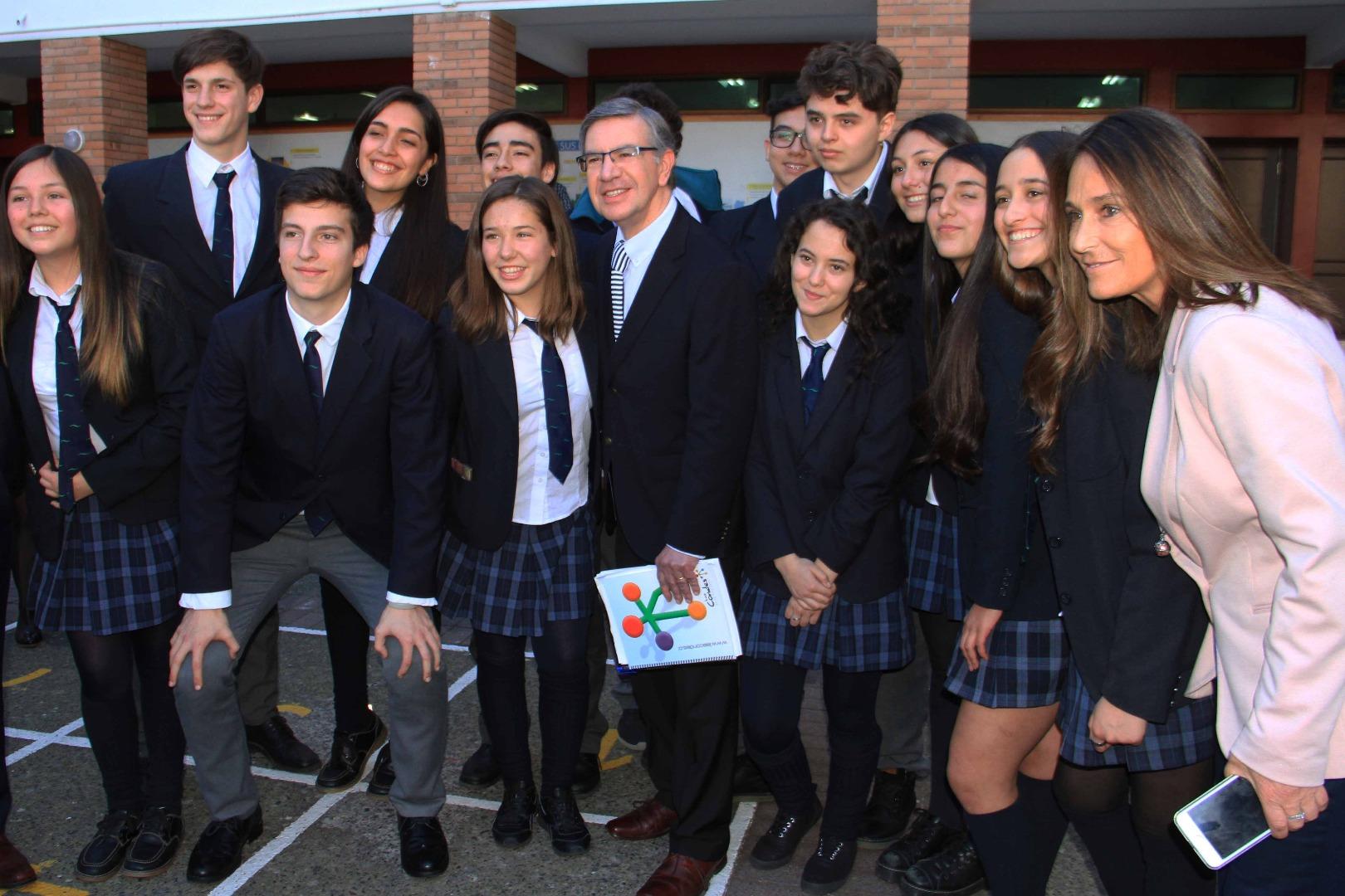 Alcalde junto a directora de Educación y alumnos del colegio San Francisco del Alba