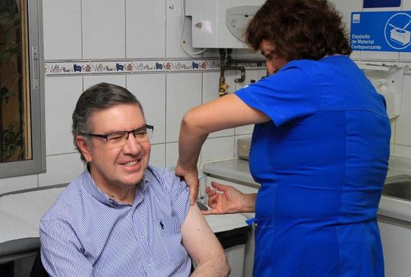 Alcalde Lavín recibe vacuna contra influenza.