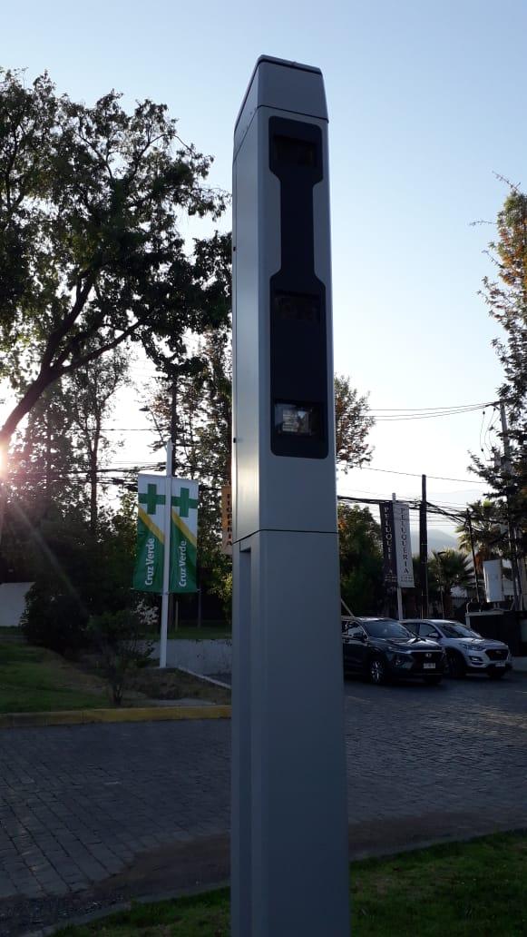 Tótem con radar doppler que registra velocidad de vehículos
