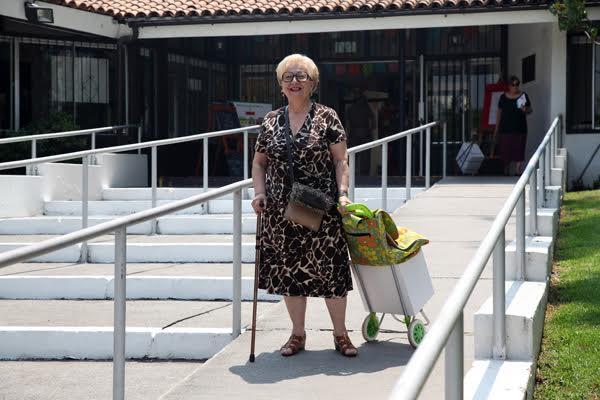 Felices adultos mayores con sus cajas de mercadería.