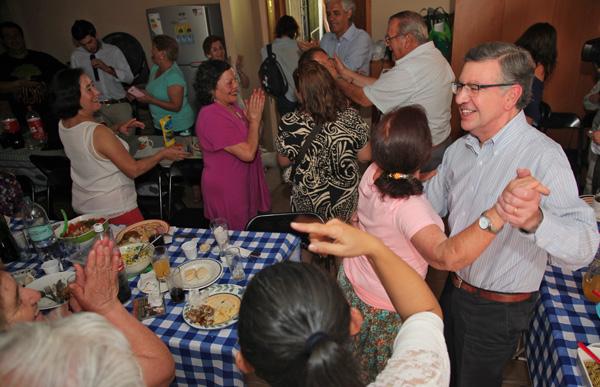 Alcalde Lavín disfrutó con socios del club Las Camelias.