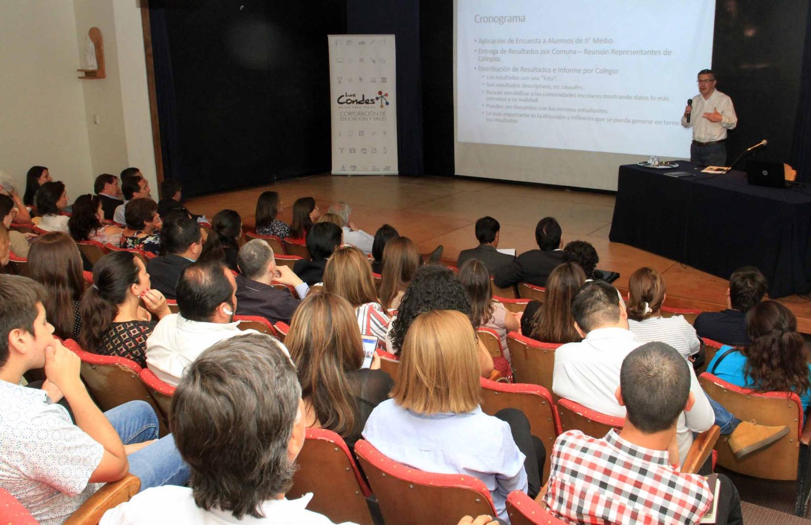 Alcalde Joaquín Lavín presenta resultados a asistentes