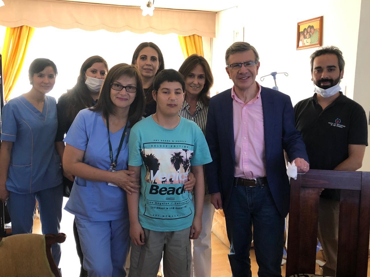 Lucas es uno de los beneficiarios del programa. Aquí junto al alcalde Lavín y el equipo de profesionales de la Escuela en tu casa.